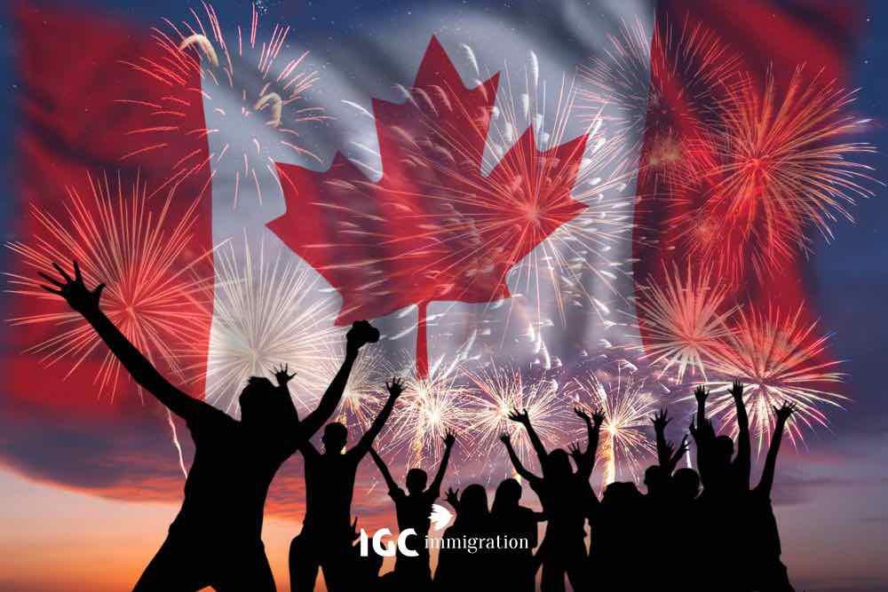 Mọi người vui mừng dưới pháo hoa lễ hội Canada