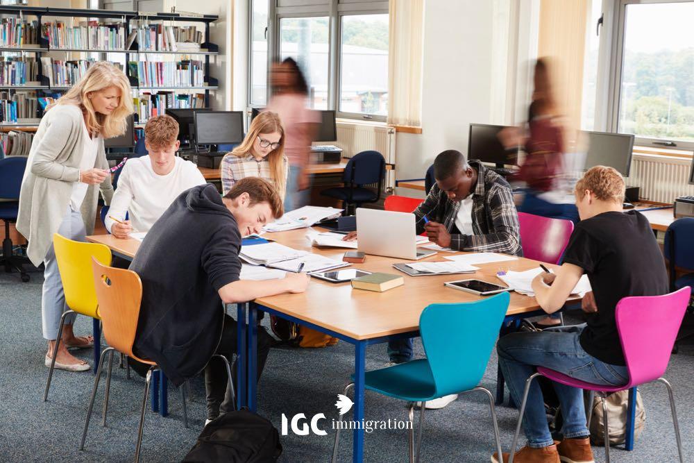 Sinh viên làm bài trong giờ học