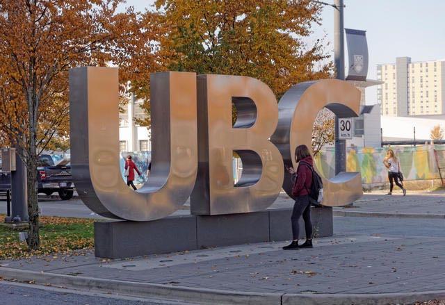 Biển hiệu mặt tiền đại học British Colombia