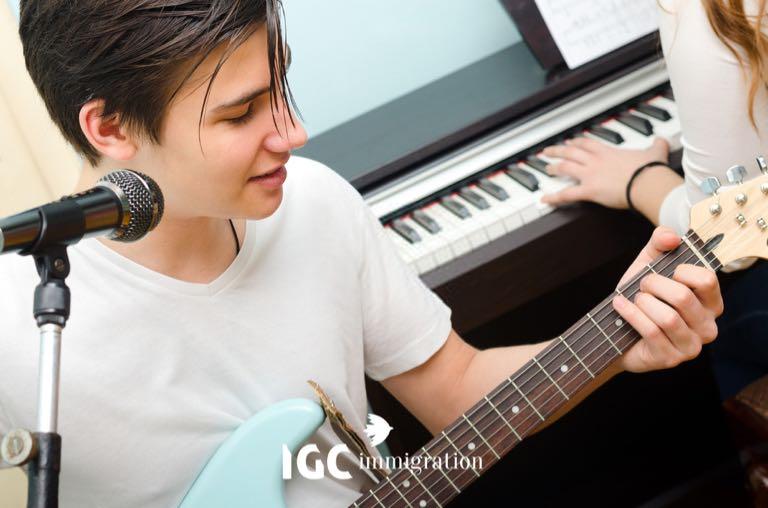 sinh viên chơi nhạc cụ trong giờ học