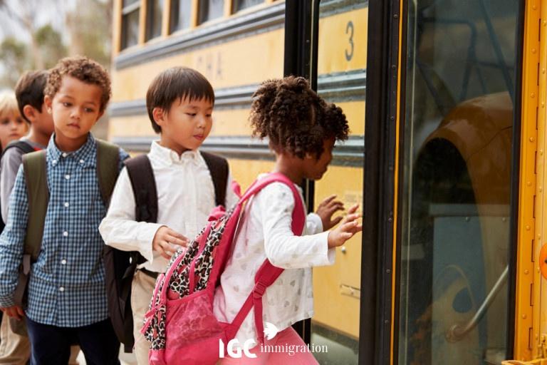 trẻ em đi xe bus đến trường