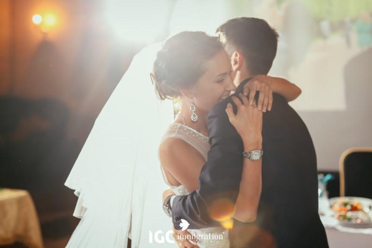 Co dâu chú rể ôm nhau hạnh phúc trong lễ cưới
