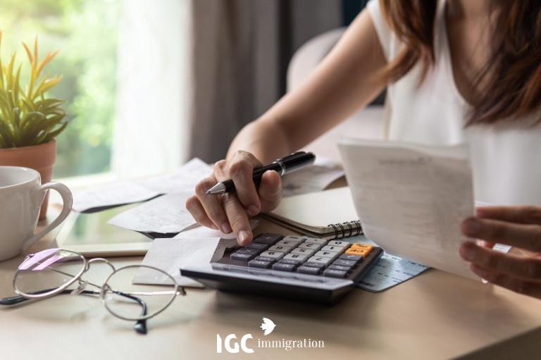 phụ nữ đang tính toán chi phí định cư cho gia đình