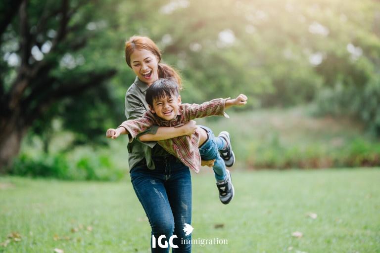 bé vui chơi cùng mẹ