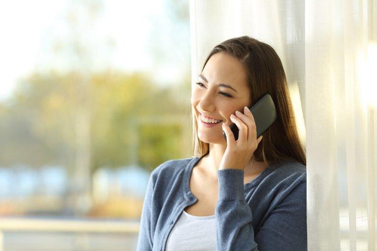 Cô gái đang gọi điện thoại quốc tế
